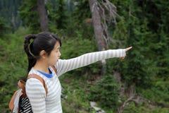 Asiatisk flicka som ut pekar Royaltyfri Foto