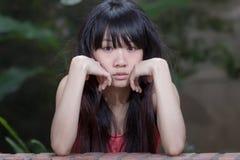 Asiatisk flicka vid växter Royaltyfria Foton