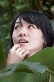 Asiatisk flicka vid växter Royaltyfri Bild