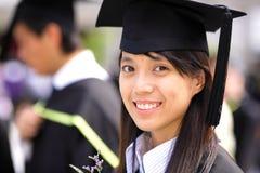 asiatisk flickaavläggande av examen Arkivfoto