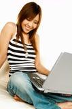asiatisk flickabärbar dator Royaltyfri Fotografi