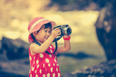 Asiatisk flickafotograf med den yrkesmässiga digitala kameran i friare Arkivbilder