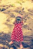 Asiatisk flickafotograf med den yrkesmässiga digitala kameran i friare Royaltyfria Foton