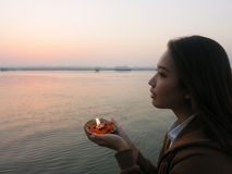 Asiatisk flickahåll ljuset på den Kongka floden, Indien Royaltyfri Bild