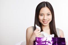 asiatisk flickashopping Arkivbild