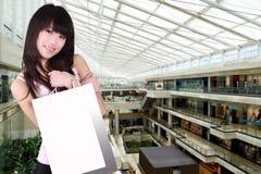 asiatisk flickashopping Fotografering för Bildbyråer