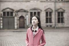 asiatisk flickastående Arkivfoton