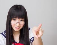 Asiatisk flickastudent i hård enhetlig japansk stil för skolastudie Arkivfoton
