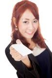 Asiatisk fokus för tomt kort för show för kontorsflicka på kortet Arkivfoto