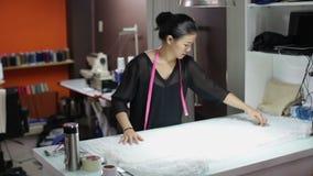 Asiatisk formgivare för klänning för kläder för kvinnaskräddaremode stock video