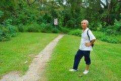 asiatisk fotvandrare som fotvandrar den gammala starttrailen Royaltyfri Bild