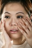 asiatisk framsidaflicka henne holdingstående royaltyfri bild