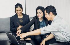 Asiatisk funktionsduglig togerther för affärsman och för affärskvinna i regeringsställning, Royaltyfri Fotografi