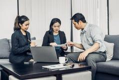 Asiatisk funktionsduglig togerther för affärsman och för affärskvinna i regeringsställning, Fotografering för Bildbyråer