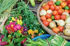 Asiatisk gatamarknad som säljer nya frukt och grönsaker i Vietna Arkivfoto