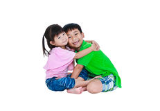 Asiatisk godhjärtad broder som tillsammans kramar hans le för syster som är lyckligt, Arkivfoton