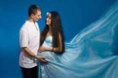 Asiatisk gravid kvinna i en silk klänning Fotografering för Bildbyråer