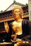 Asiatisk guld- Gautama Buddha staty, buddistisk staty i kinesisk buddhismtempel Arkivbilder