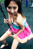 asiatisk gullig flickaswing Arkivbild