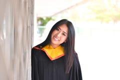 Asiatisk gullig kvinnaståendeavläggande av examen Royaltyfria Bilder