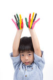 Asiatisk gullig pojkelönelyft hans färgrika händer in i himlen Royaltyfria Foton