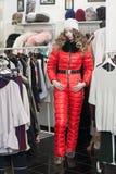 asiatisk härlig caucasian kläder som clothing den lyckliga seende för model inomhus kvinnan för lager shoppareshopping för kvinnl Arkivfoto