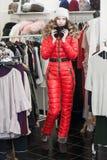 asiatisk härlig caucasian kläder som clothing den lyckliga seende för model inomhus kvinnan för lager shoppareshopping för kvinnl Fotografering för Bildbyråer