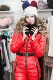 asiatisk härlig caucasian kläder som clothing den lyckliga seende för model inomhus kvinnan för lager shoppareshopping för kvinnl Royaltyfri Fotografi
