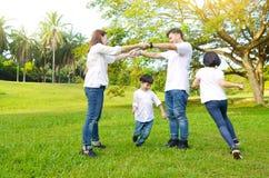 asiatisk härlig familj arkivfoto