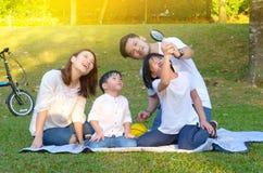 asiatisk härlig familj fotografering för bildbyråer