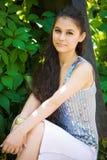 asiatisk härlig flickaparksitting royaltyfri bild