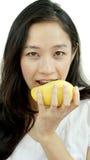 Asiatisk härlig kvinna som äter mango Tropisk frui för sommarfröjd Arkivbilder