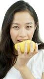 Asiatisk härlig kvinna som äter mango Tropisk frui för sommarfröjd Royaltyfri Bild