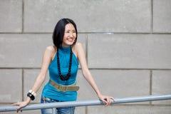 asiatisk härlig skratta stående Royaltyfri Foto