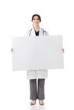Asiatisk håll för medicinsk doktor ett tomt bräde Arkivfoto