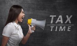 Asiatisk hållande megafon för affärskvinna med SKATTTID announcemen Royaltyfria Foton