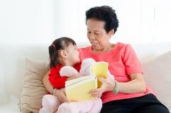 Asiatisk hög kvinna och barnbarn Arkivfoto