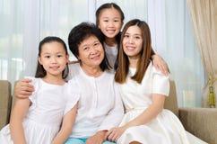 Asiatisk hög kvinna samman med dotter och sondöttrar Royaltyfri Bild