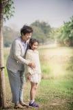 Asiatisk hög kvinna som kramar hennes barnbarn Arkivfoton