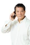 Asiatisk hög man som använder mobilen arkivfoton