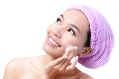 asiatisk härlig skönhet vänder henne mot den tvättande kvinnan Royaltyfria Bilder