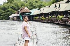 Asiatisk handelsresande för ung kvinna och att koppla av royaltyfri foto