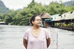 Asiatisk handelsresande för ung kvinna och att koppla av arkivbilder
