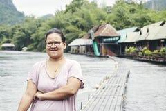 Asiatisk handelsresande för ung kvinna och att koppla av royaltyfria bilder