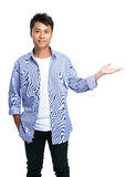 Asiatisk handgåva för ung man Royaltyfri Bild
