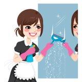 Asiatisk hembiträde Cleaning Mirror Royaltyfri Fotografi