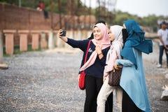 Asiatisk hijabflicka som tar fotoet royaltyfri foto