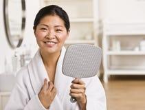 asiatisk holdingspegelkvinna Arkivbilder