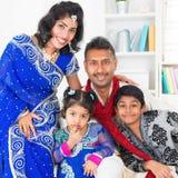 Asiatisk indisk familj hemma royaltyfri fotografi