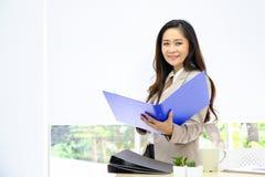 Asiatisk inomhus stående för affärskvinna royaltyfria foton